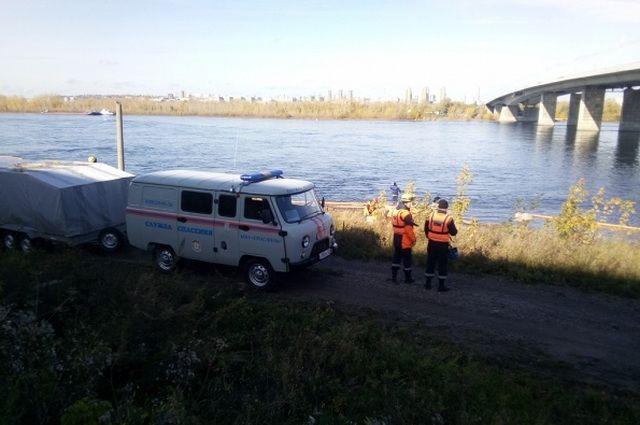 Спасатели сначала обнаружили и подняли тело погибшего мужчины, позже нашли и тело его подруги.