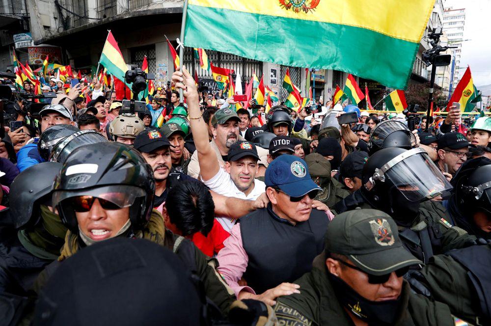 Один из лидеров оппозиции Луис Фернандо Камачо приветствует сторонников в Ла-Пасе.