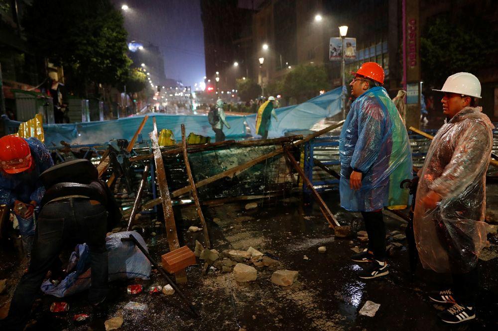 Демонстранты строят баррикады во время акции протеста против президента Боливии Эво Моралеса в Ла-Пасе.
