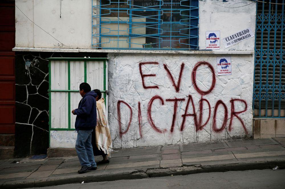 Надпись на улицах Ла-Паса: «Эво — диктатор».