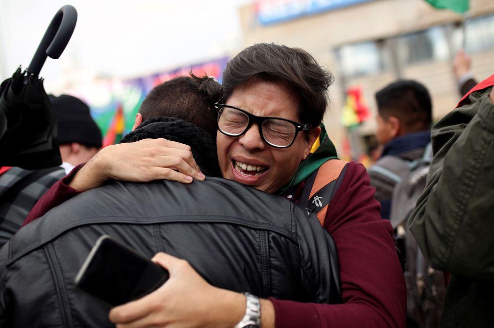 Люди в Ла-Пасе после того, как президент Боливии Эво Моралес объявил о своей отставке.