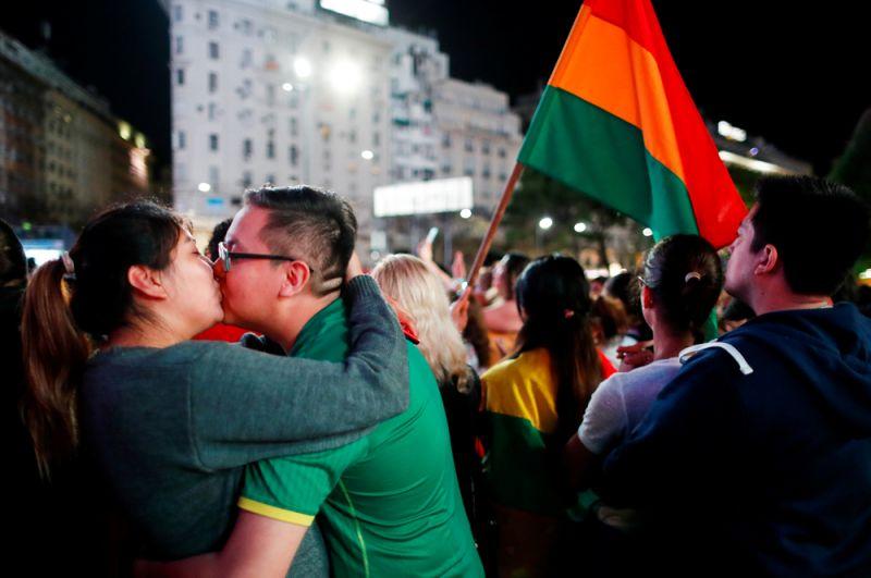 Целующаяся пара из Боливии в Буэнос-Айресе, Аргентина.