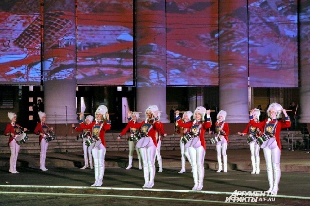 300 актёров, музыкантов, певцов, танцоров, барабанщиков и ходулистов приняли участие в шоу.