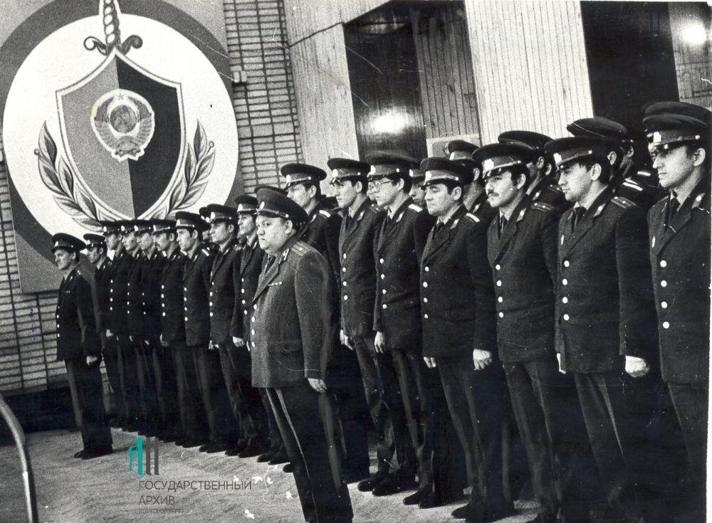 Выпускники школ младшего и среднего начальствующего состава милиции в пермском клубе УВД, 1983 год.