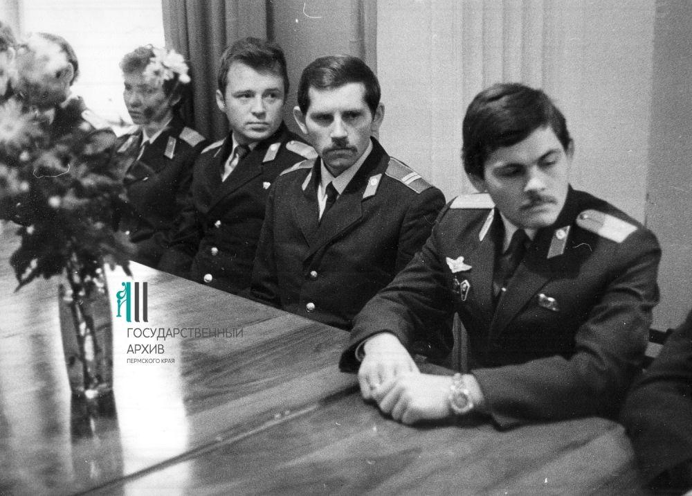 Горком комсомола: за столом молодые работники пермской милиции, 1982 год.