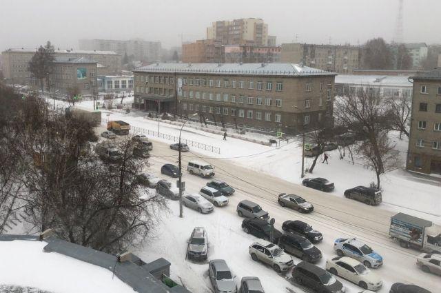 Снег доставляет новосибирцам немало хлопот, одна из них - внушительные пробки на дорогах.