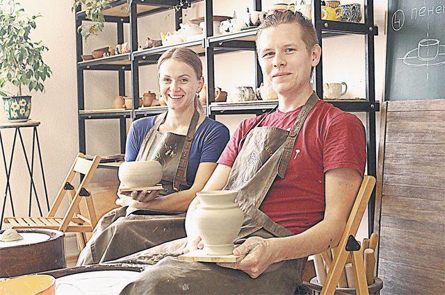 Мастера гончарного дела Мария Баско и Олег Ястребов работают с удовольствием.