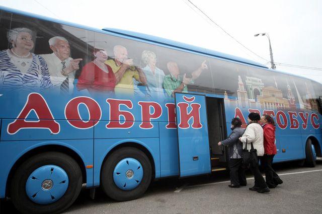 Ежедневно 10 автобусов с бортовой кухней и системой климат-контроля берут 500 москвичей старшего поколения и бесплатно катают по столице.