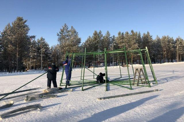 В Ноябрьске приступили к монтажу новогодней елки