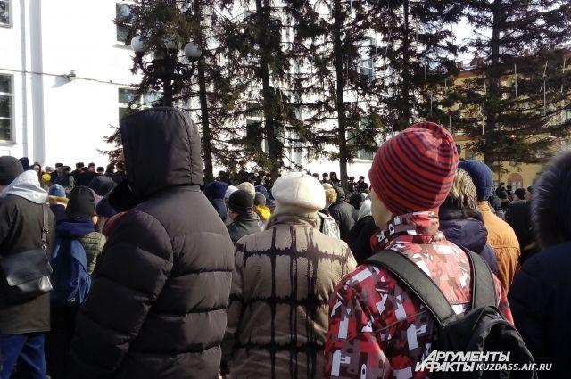 В других регионах мэров и губернаторов пытались убрать с помощью митингов.
