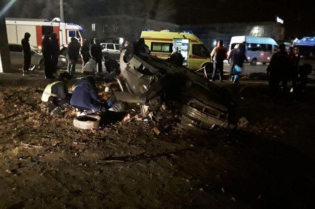 В Орске водитель «ВАЗа» врезался в столб, пострадали пятеро граждан.