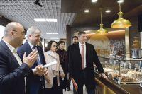 На втором этаже рынка губернатору показали собственное производство, представленное более чем 200 наименованиями товаров.