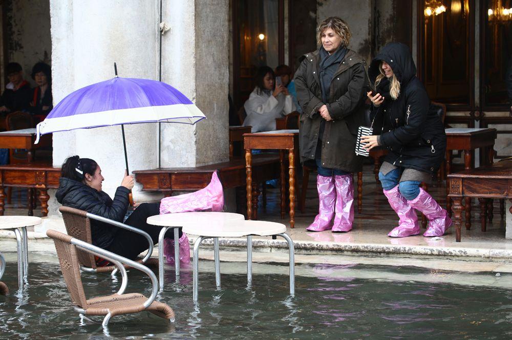 Туристы на улицах Венеции.