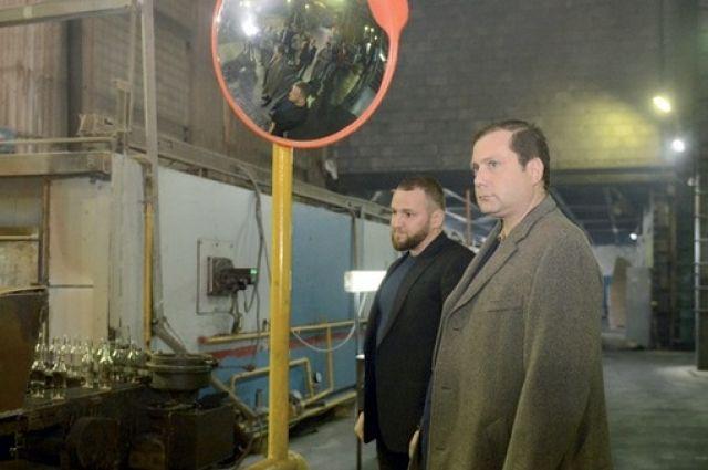 Алексей Островский знакомится с работой завода в Рославле.