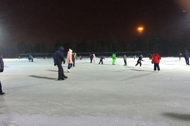 В Ноябрьске приступили к подготовке катков на открытых площадках