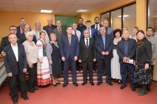 Представители национальных общественных организаций региона и губернатор Алексей Островский (в центре) на встрече в «Губернском».