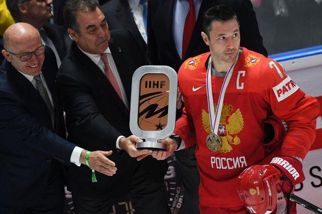 Игрок сборной России Илья Ковальчук фотографируется с наградой после победы в матче чемпионата мира по хоккею за третье место между сборными командами России и Чехии.