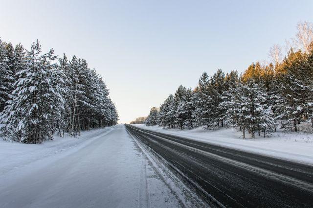 Загородные трассы замело снегом и сковало гололёдом.