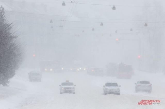 Первый снегопад принес в город первые проблемы.