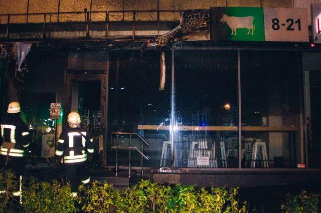 В Киеве трое неизвестных сожгли магазин: подробности инцидента