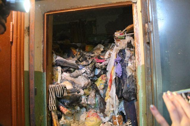 По словам жильцов, зимой 2019 года коммунальщики вывезли не весь мусор, часть осталась. Санобработку делать не стали, после этого про бабушку забыли.