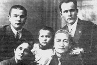 Молодой Якуб Ахтямов (слева) вместе с родственниками.