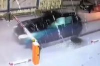 Мужчина попытался скрыться от погони с снёс шлагбаум.