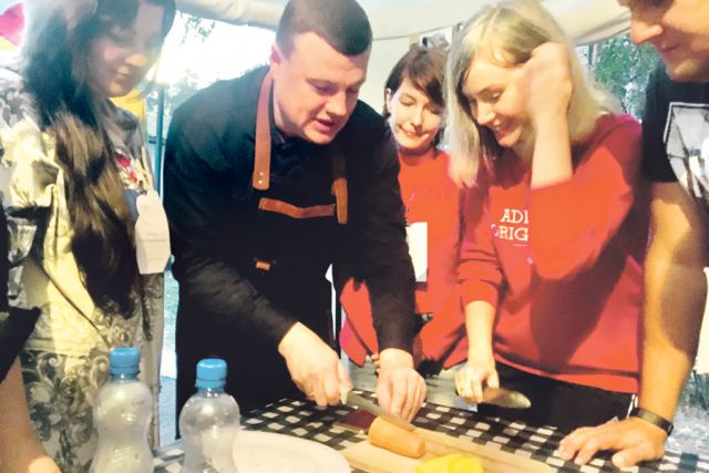 Лидер должен уметь многое, в том числе вкусно готовить. Мастер-класс от губернатора Александра Никитина по приготовлению плова объединил всех.