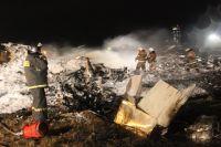На месте крушения самолета «Боинг 737» авиакомпании «Татарстан», разбившегося при посадке в аэропорту Казани.