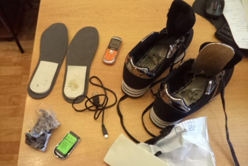 В тот же день, 18 июля 2018 года, в СИЗО №5 (Пермь) гражданин принёс передачу осуждённой. Внутри посылки находились кроссовки, и в одной из них в подошве нашли сотовый телефон.