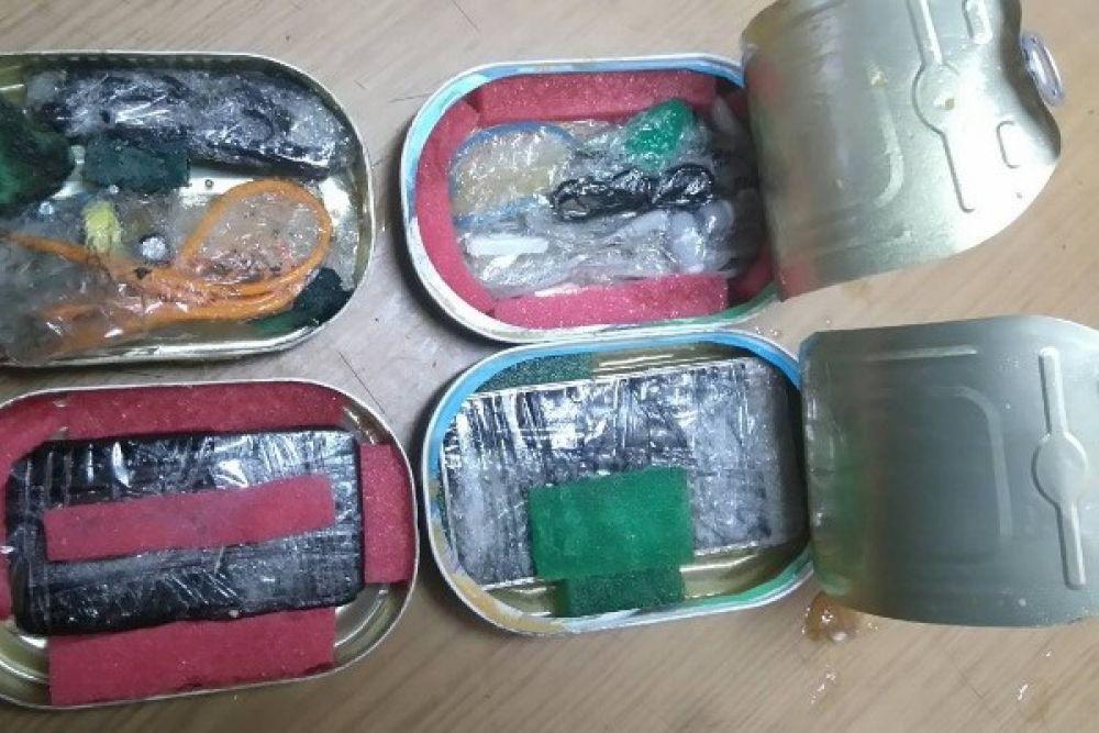 В ноябре 2017 года женщина пыталась передать в ИК-4 (Ныроб) посылку с четырьмя рыбными консервами. В них находились два сотовых телефона с гарнитурами и зарядными устройствами кустарного изготовления.