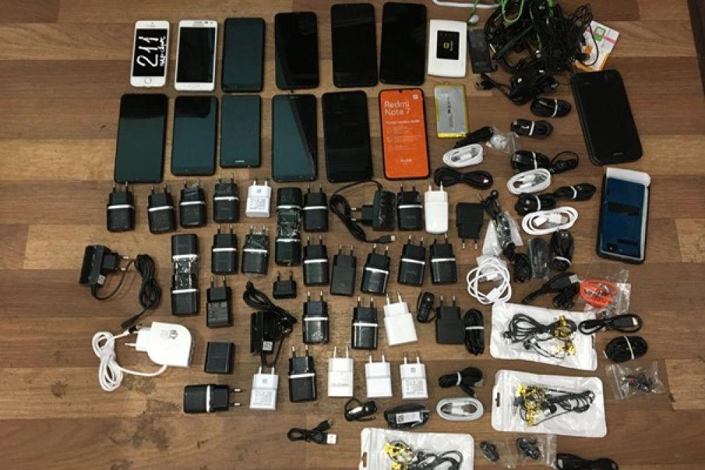 А в конце сентября 2019 году уже в колонию №12 (Широковский) пытались перебросить крупную партию «запрщёнки». При осмотре территории, прилегающей к участку колонии, сотрудники учреждения обнаружили 11 свёртков из полиэтилена, в которых находилось 12 сотовых телефонов, 35 зарядных устройств, 12 сим-карт, 17 гарнитур, 25 USB-кабелей.