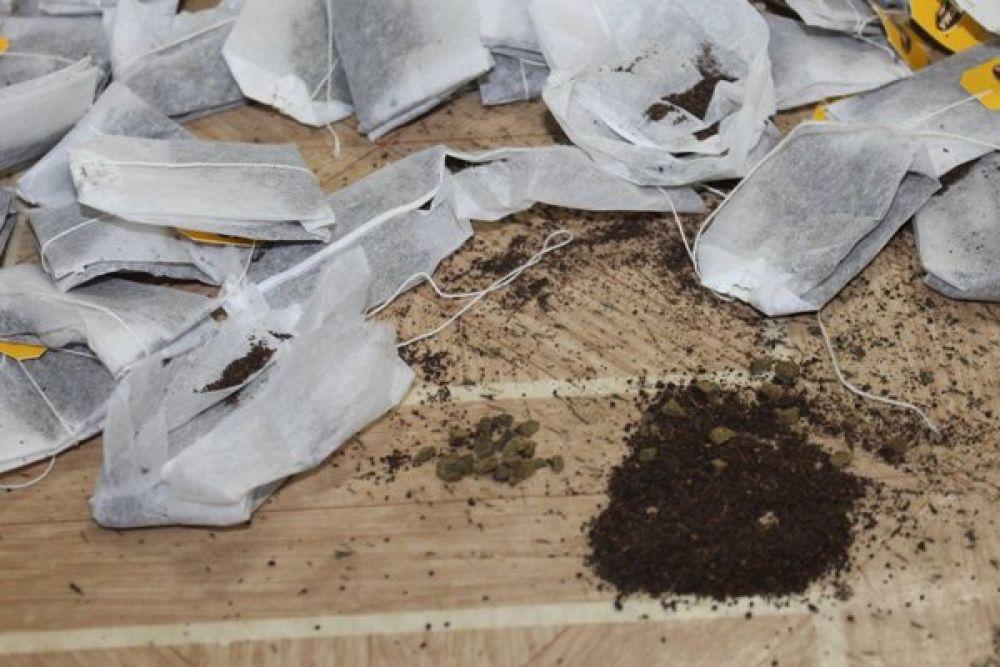 Тоже в феврале 2019 года, но уже в березниковской колонии №38 в пакетиках чая, которые находились в передаче для осуждённого, нашли кусочки серо-зелёного наркотического вещества.