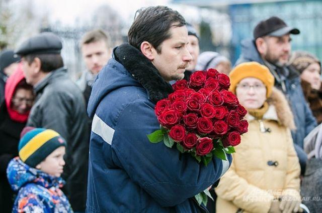 На траурном митинге в память о погибших в авиакатастрофе в Казани.