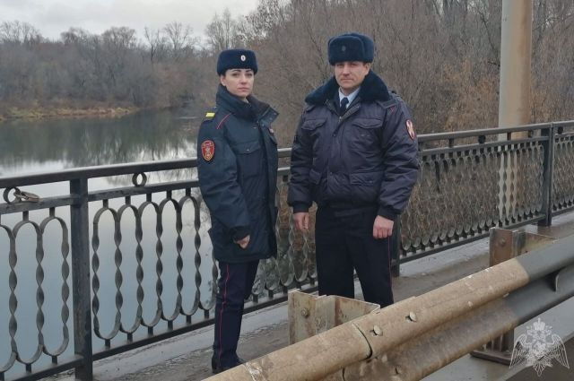 Стояла на краю моста: в Бугуруслане сотрудники Росгвардии спасли девушку.