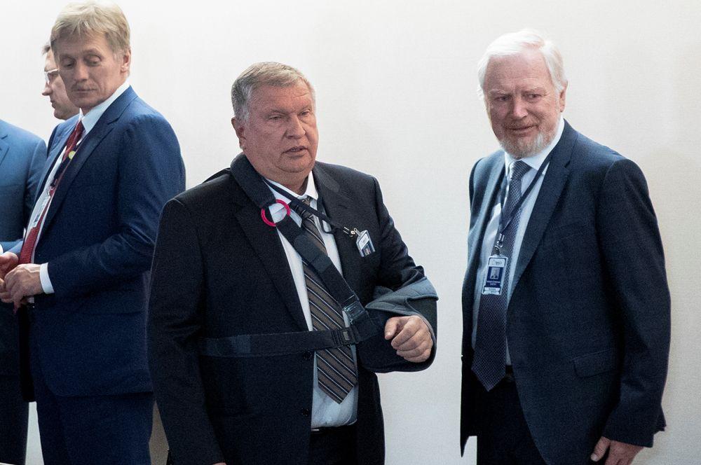 Пресс-секретарь Дмитрий Песков, глава «Роснефти» Игорь Сечин и заместитель министра финансов России Сергей Сторчак.