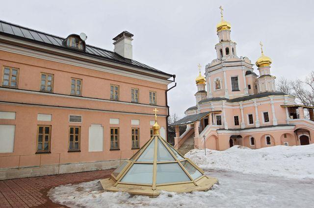 Здание воскресной школы и церковь Бориса и Глеба в Зюзине.