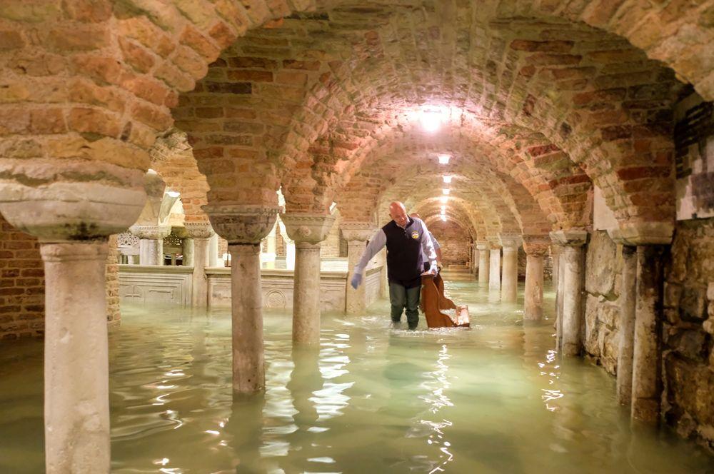 Затопленный собор Святого Марка во время наводнения в Венеции.
