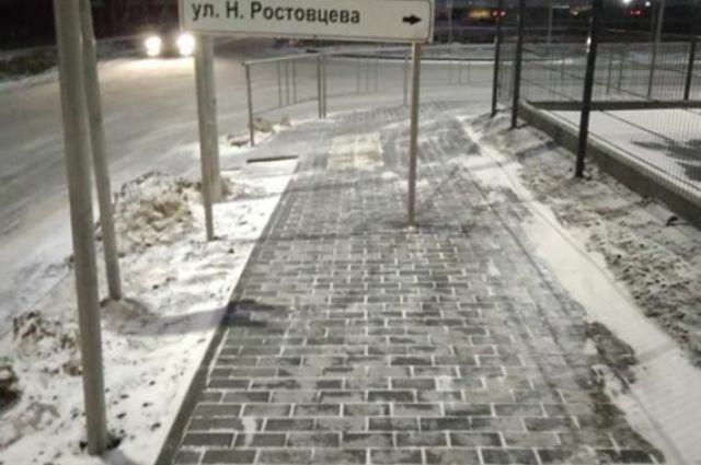 В Тюмени дорожный знак установили посреди тротаура