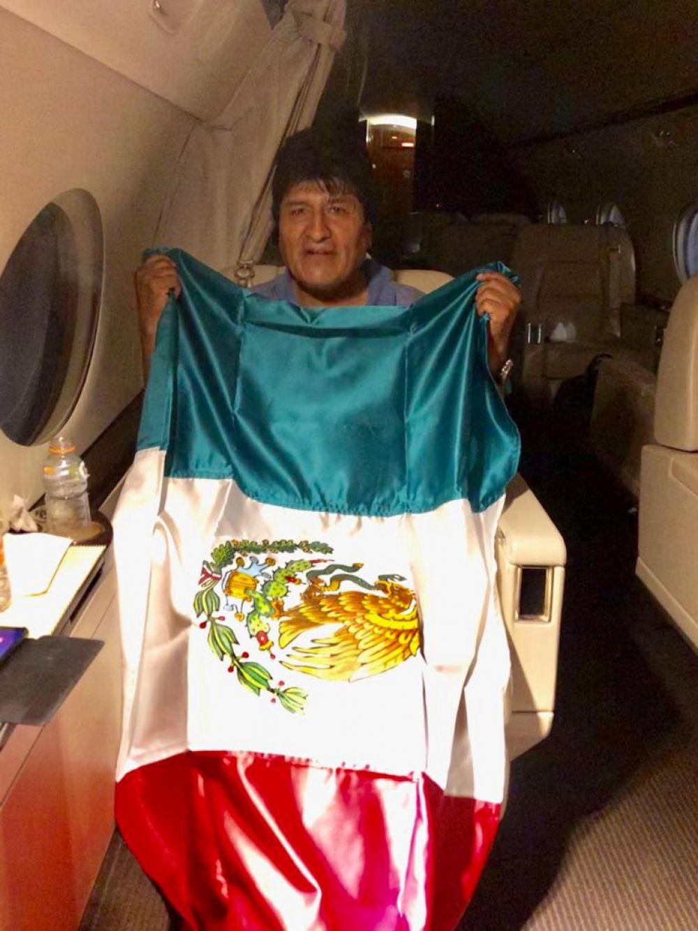 Бывший президент Боливии Эво Моралес на борту самолета правительства Мексики после того, как покинул страну.
