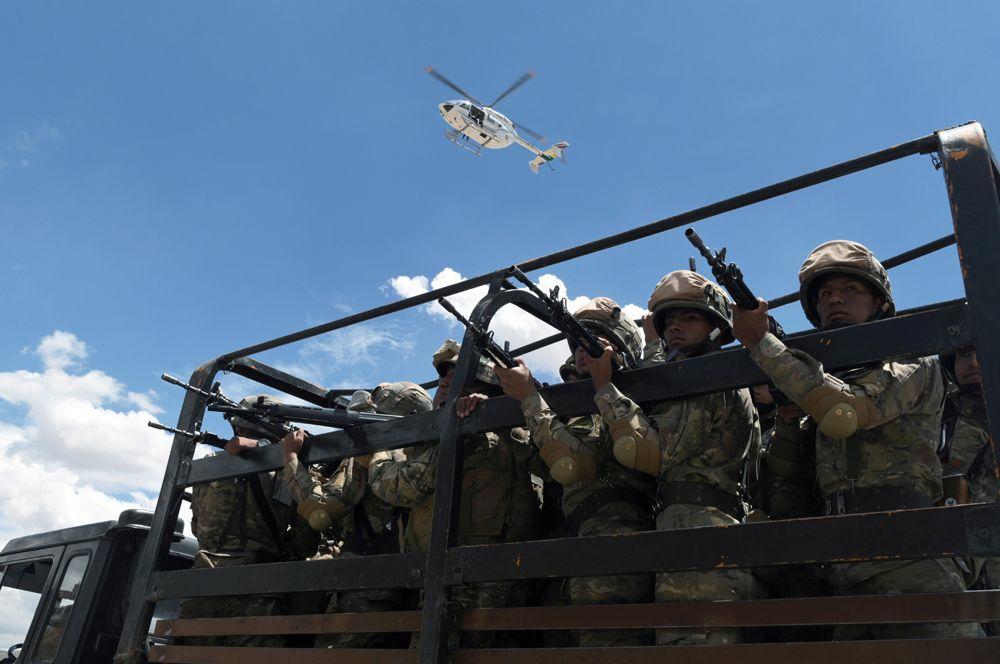 Боливийские солдаты патрулируют улицы в Кочабамбе после отставки президента Эво Моралеса.