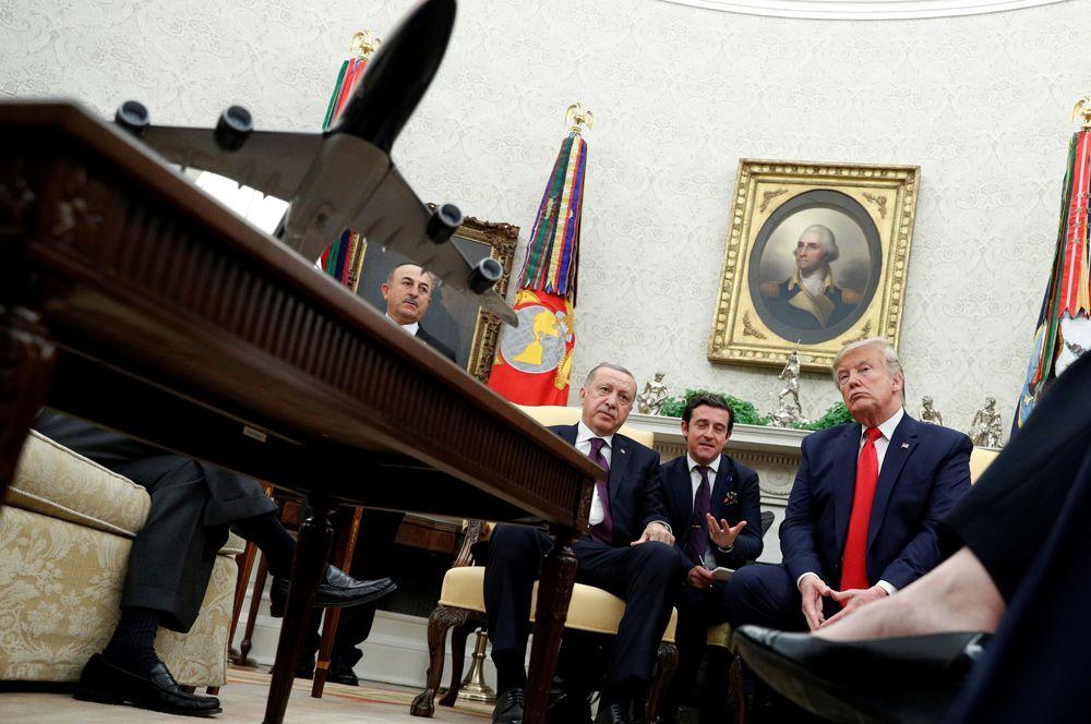 Президент США Дональд Трамп встречается с президентом Турции Тайипом Эрдоганом в Овальном кабинете Белого дома в Вашингтоне.