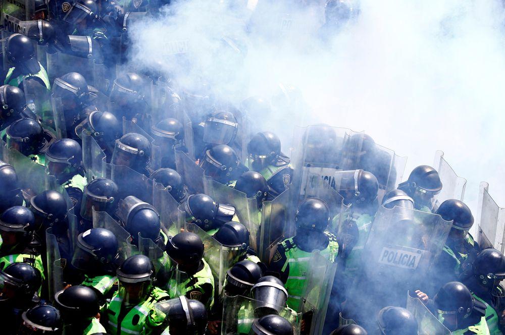 Акция протеста полицейских у аэропорта Мехико.