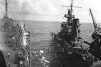 Тяжелый крейсер ВМС США «Портленд» переправляет спасенных савианосца «Йорктаун» наплавучую базу подводных лодок