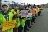 Оренбургские школьники выстроили «живую стену» в память о жертвах ДТП.
