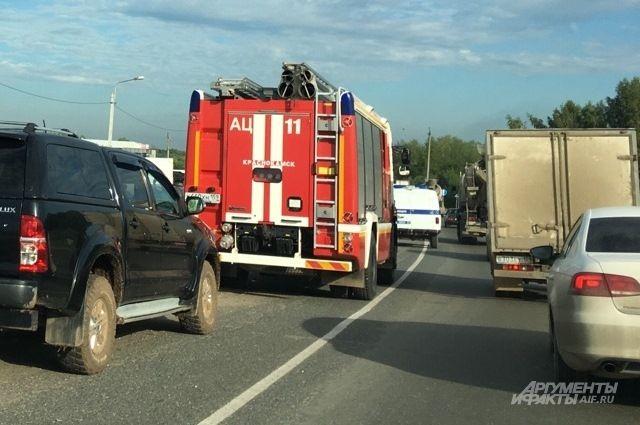 На место выезжали восемь пожарных машин.