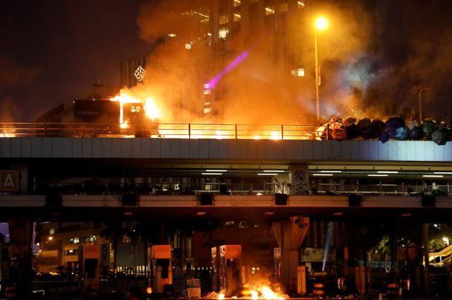 Полиция Гонконга может начать стрелять боевыми патронами по протестующим - Аргументы и факты