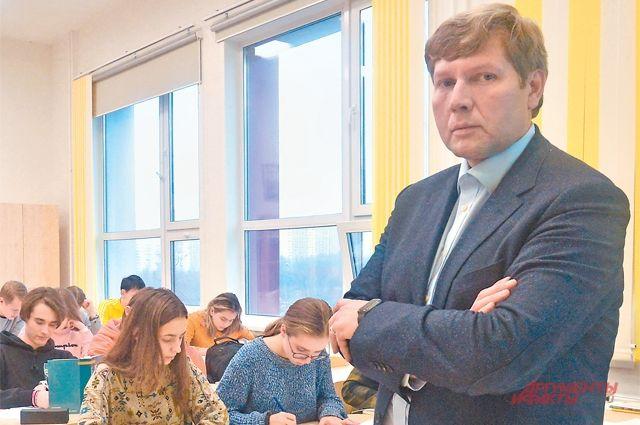 Константин Лупиков придерживается мнения,  что ученикам интересно самостоятельно добывать информацию, ане получать готовую.