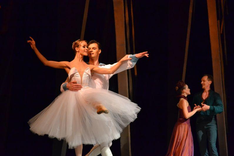 Балет продолжает традиции романтического сказочного спектакля, хореография - с обилием вариаций, дивертисментом и апофеозами, построенными на вальсах.