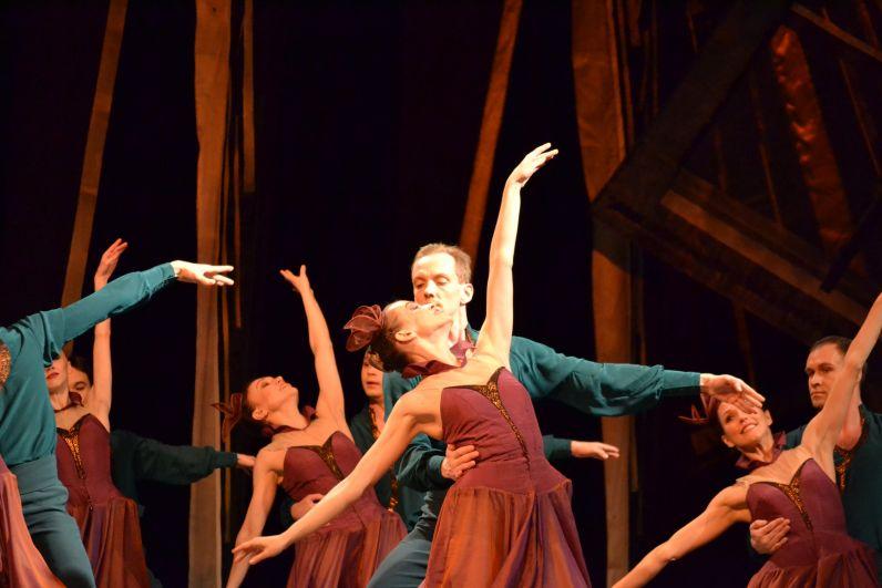Три действия спектакля обрамлены постановщиком необычной формой: юная девочка читает сказку о Золушке в прологе спектакля и завершает чтение книги, духовно преобразившись, в эпилоге. Это решение связывает в балете сказку с известным всем сюжетом с сегодняшним днём.